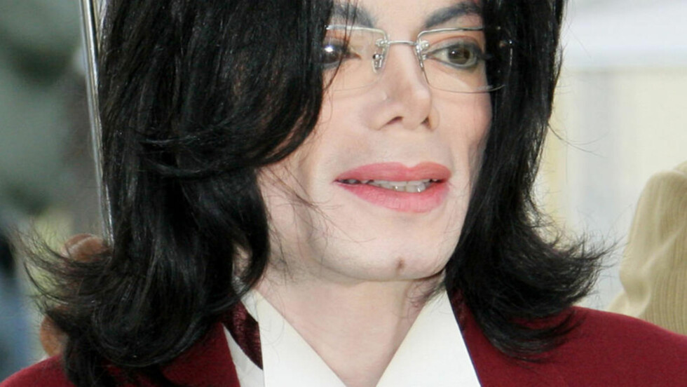 <strong> 2005:</strong>  En hudblek Michael Jackson i Santa Barbara, California. Obduksjonen etter at han døde fire år seinere, dokumenterte at popkongen hadde hudsykdommen vitiligo.FOTO: Michael Mariant, AP/NTB Scanpix.