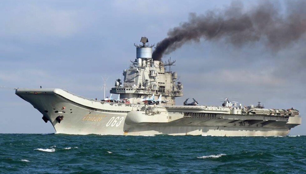 TRENGER DRIVSTOFF: Det russiske hangarskipet «Admiral Kuznetsov» passerte i morges Gibraltarstredet på vei mot det østlige middelhavet. Men først planlegges påfyll av drivstoff og forsyninger i spanske Ceuta. Det vekker oppsikt i EU og NATO. Her fotografert i den Engelske kanal fredag. Foto:  EPA/DOVER MARINA.COM / NTB-SCANPIX
