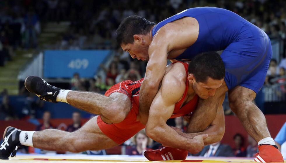 DOPINGTATT: Soslan Tigiev (i rødt) diskvalifiseres og mister OL-sølvet fra Beijing 2008 etter å ha testet positivt på dopingprøvene fra lekene. Her fra London-OL 2012, der han ble fratatt bronsemedaljen etter å ha blitt tatt i doping. Foto: AP Photo/Paul Sancya