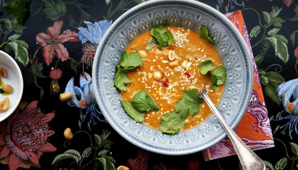 Gresskarsuppe: Dette er en veldig enkel suppe, særlig hvis du lager den med restene av krydderbakte gresskar (se oppskrift ) Hvis du ikke har rester å starte med, tar den litt lengre tid å lage. God blir den uansett. Dessuten er det en god følelse å få spis opp maten i gresskaret. Foto: METTE RANDEM