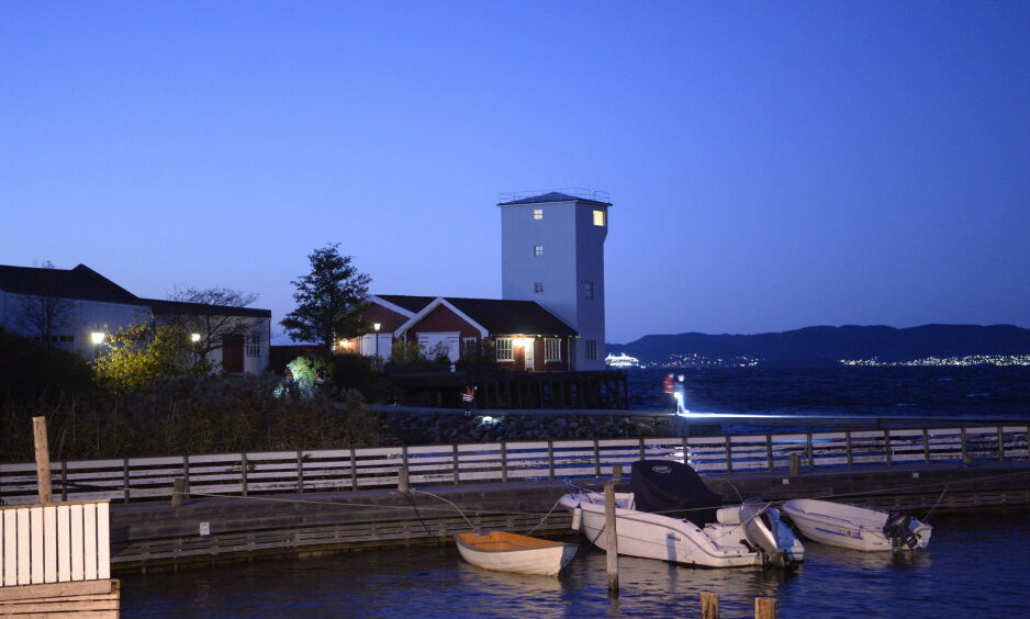 SØK I MØRKET: Søket ved Torpedostasjonen på Jeløya fortsetter utover kvelden. Foto: John T. Pedersen / Dagbladet