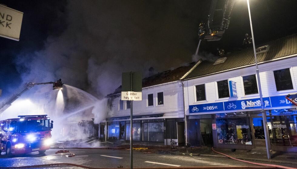 STORE SKADER: Et bygg er helt nedbrent, to har fått store skader. Foto: Tor Erik Schrøder / NTB scanpix