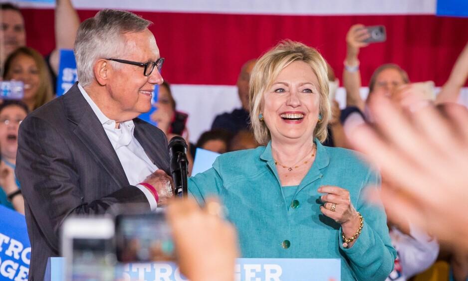 TIL ANGREP PÅ FBI: Harry Reid tar Hillary Clinton i forsvar i etterkant av gjenåpningen av granskingen på sistnevnte. Her sammen i Las Vegas tilbake i august. Foto: MediaPunch/REX/Shutterstock/NTB Scanpix