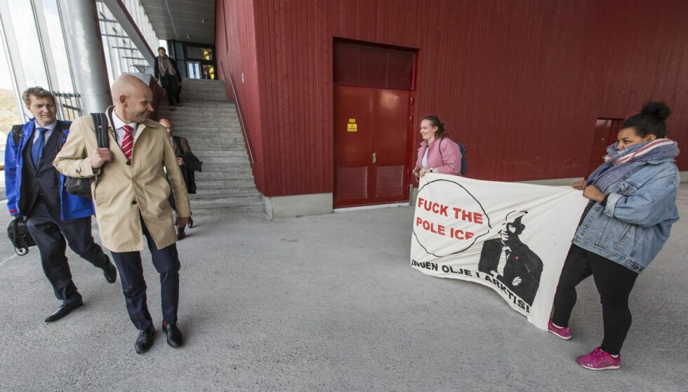 Søksmål: Oljeminister Tord Lien blir møtt av demonstranter fra Natur og Ungdom (NU) i Hammerfest der han tildelte nye lisenser til flere selskaper. Sammen med Greenpeace saksøker NU staten for å få stanset tildelingen av oljelisenser i Barentshavet. Foto: Jan-Morten Bjørnbakk / NTB scanpix