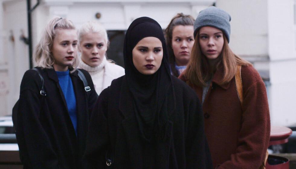 SKAM: Jeg kjenner meg igjen i den muslimske jenta Sana fra den norske ungdomsserien Skam, skriver danske Duygu Cakir. Foto: NRK