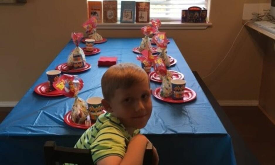 ALENE: Han hadde selv dekket bordet og ventet i enorm spenning til sitt første burdagsselskap. Men det var ingen som ville feire niåringens bursdag med ham. Foto: Kristen Layne
