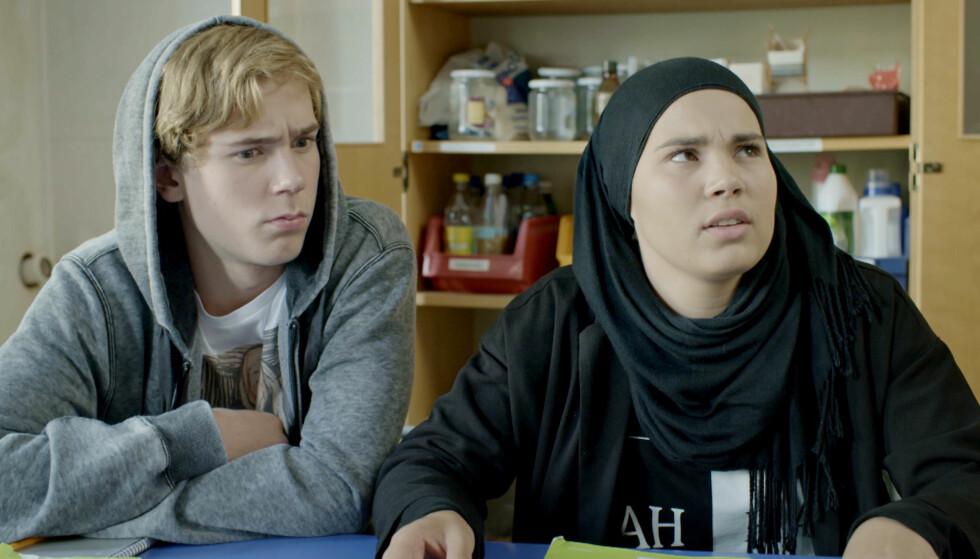 TV-SUKSESS: Utenlandske fans håper å bli bedre kjent med «Skam»-karakterer som Isak (Tarjei Sandvik Moe) og Sana (Iman Meskini), og ber NRK om å gi serien engelske undertekster. Det ser ikke ut til å skje med det første. Foto: NRK