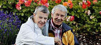 Med to knallrøde kyssemerker sendte Kim Friele (81) sin kjære Wenche Lowzow av gårde i kista. Ett på hvert kinn