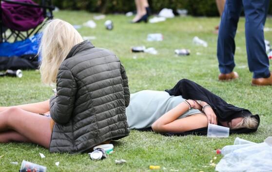 """14px;"""">FYLL: To kvinner på gresset. Foto: Splash"""