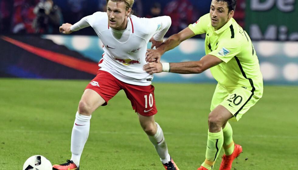 NØKKELSPILLER: Svenske Emil Forsberg i duell med Augsburgs Gojko Kacar. Foto: AP Photo