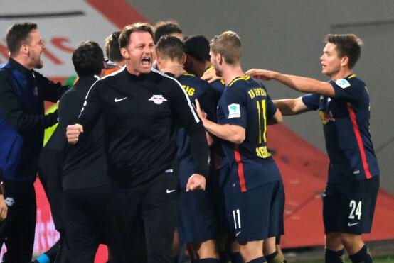 FEIRER: RB Leipzig-trener Ralph Hasenhüttl jubler for scoring mot Wolfsburg. Foto: Peter Steffen/dpa