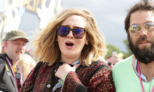 IKKE NOE HAN SKULLE HA SAGT: Adele Adkins forteller at ektemannen (t.h.) ikke får bestemme hvorvidt hun skal barbere leggene, eller ei. Foto: NTB Scanpix