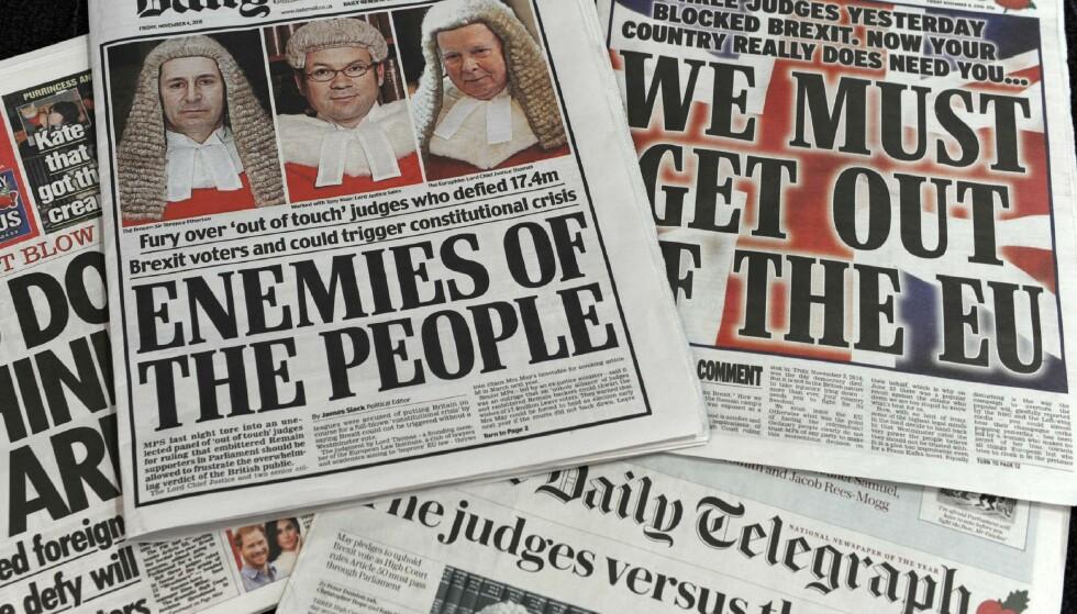 VANVITTIG: Bristiske høyrevridde aviser er ikke akkurat edruelige i sine påstander etter Brexit-kjennelsen i en høyere domstol torsdag. Dommerne anklages for å være «folkefiender» og «demokratiet døde», slås det fast. Foto: AFP / NTB Scanpix / Benjamin FATHERS