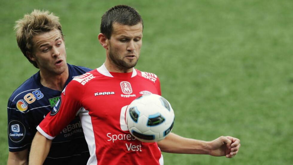 HJEM: Eirik Bakke forlater Brann etter sesongen, og spiller toppfotball for Sogndal neste år. Her i duell med Strømsgodsets Krister Aunan. Foto: Erlend Aas / Scanpix