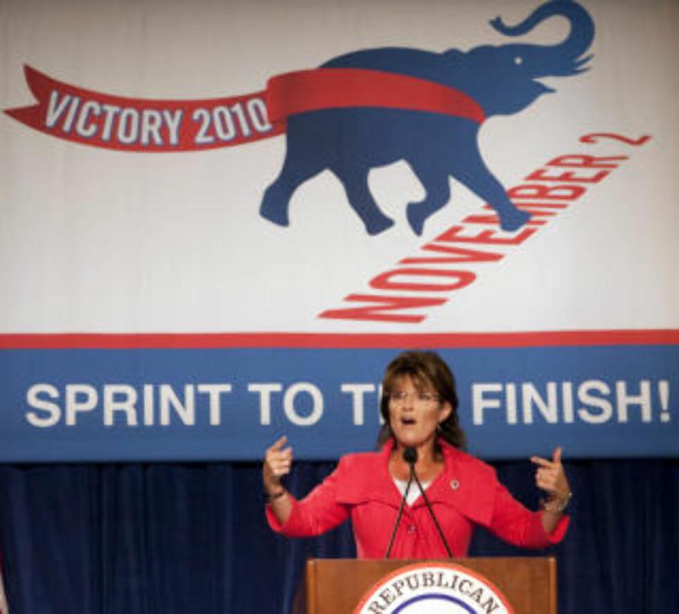 """TAXED ENOUGH ALREADY : Sarah Palin, tidligere visepresidentkandidat for Republikanerne og nåværende leder av den såkalte Tea Party-bevegelsen, snakker under en valgkampsrally for Republikanerne i Orlando. Sammen med Tea Party-bevegelsen - Taxed Enough Already-bevegelsen - er hun nå iferd med å få flere svært høyrekonservative og """"grunnlovstroe"""" Republikanere inn i den amerikanske Kongressen. Foto: Scott Audetet/REUTERS."""