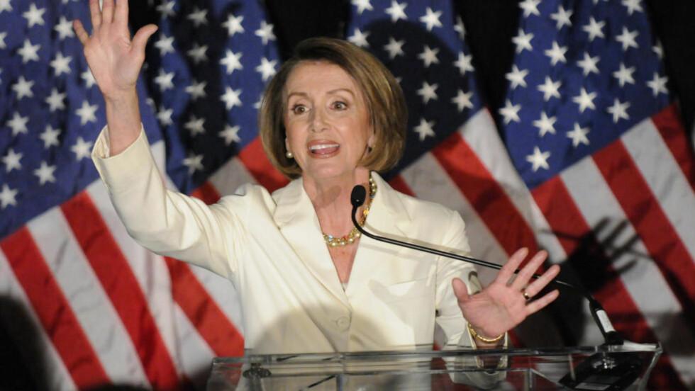 TAP OG VINN: Leder for representantenes hus, Nancy Pelosi, ledet i går valgvaken for Demokratene. Hun vant selv et sete, men mister jobben som leder. Foto: REUTERS/Jonathan Ernst (UNITED STATES)