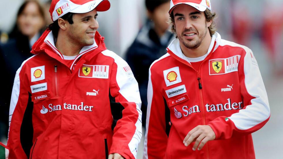 VIL HJELPE ALONSO: Felipe Massa (til venstre) er sjanseløs på VM-tittelen, og når to runder gjenstår vil han gjerne bidra til at lagkamerat Fernando Alonso vinner sammenlagt. Foto:   AFP PHOTO/ Philippe Lopez