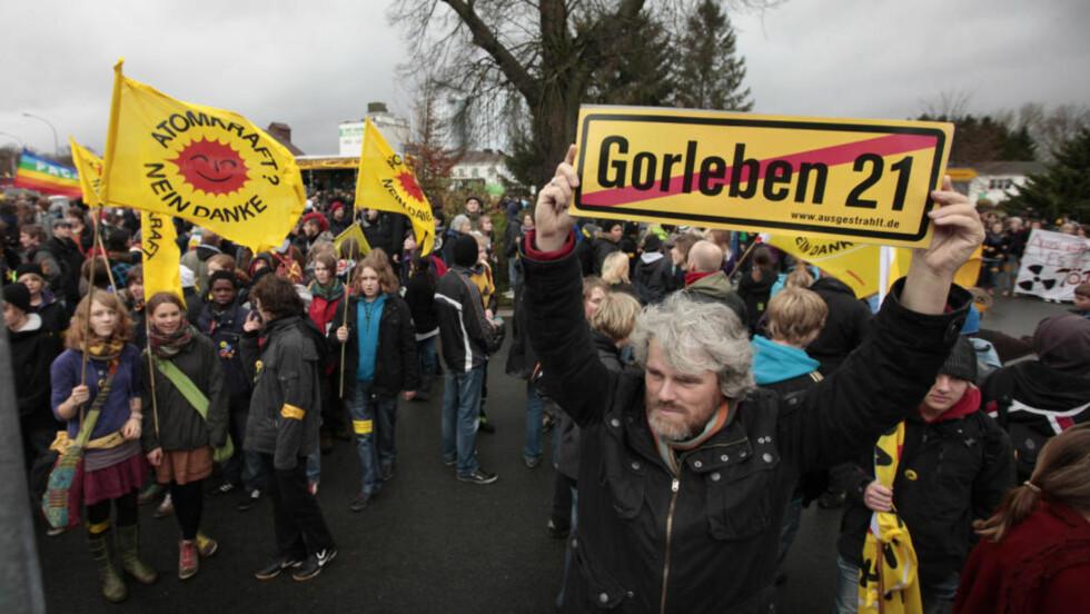 RASENDE: 154 tonn kjernefysisk avfall er på vei tilbake for å lagres på et midlertidig avfallsmottak i den tyske byen Gorleben. Der venter flere tusen demonstranter. Foto: Reuters / SCANPIX