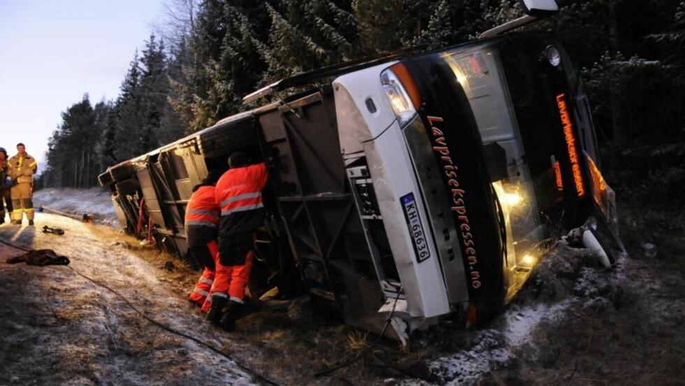 DRAMATISK: 17 personer satt i denne bussen da den kjørte av veien og veltet. Foto: Henrik Sundgård