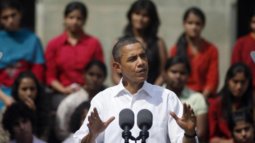 KRITISK: USAs president Barack Obama er for tida på rundreise i Asia. Her taler han til studenter i Mumbai i India. Presidenten er meget bekymret for valget i nabolandet Burma. Foto: AP/Rafiq Maqbool/Scanpix