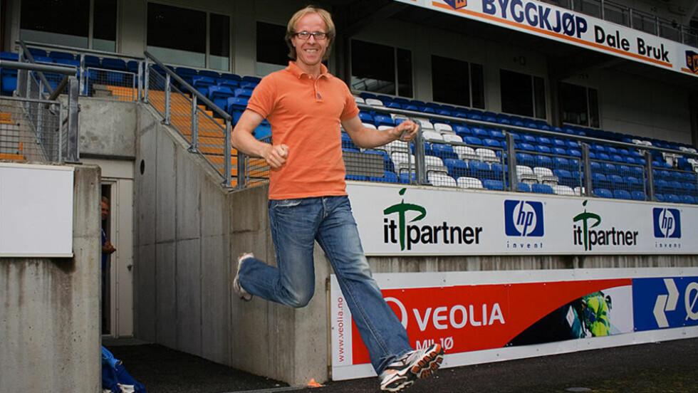 NYE GLEDESHOPP?: Molde-direktør Tarje Nordstrand Jacobsen kan snart gjenta dette split-hoppet, om Molde lykkes med å signere Ole Gunnar Solskjær som hovedtrener for sesongen 2011 og noen år fremover. FOTO: Erik Hattrem/Dagbladet