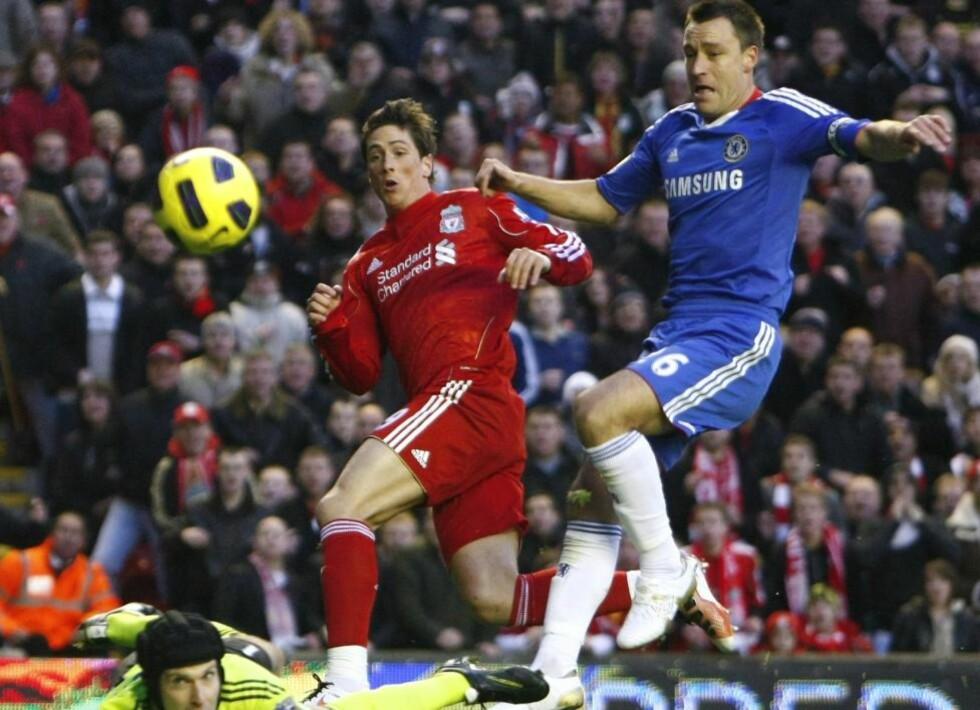 TERRY PÅ HÆLA: Fernando Torres lurte seg bak John Terry, og skjøt ned i bakken og over Petr Cech til 1-0 for Liverpool. Foto:  (AP Photo/Tim Hales)