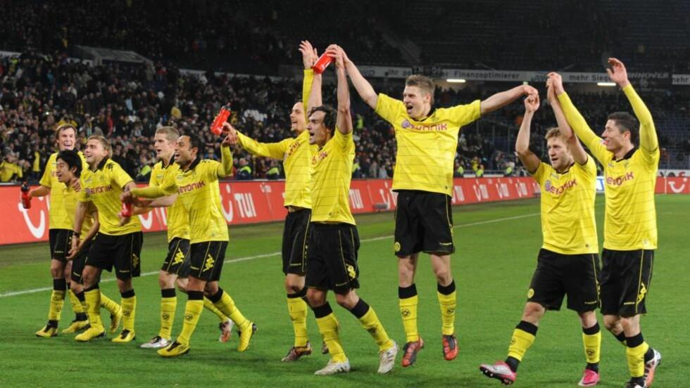 SERIELEDER: Mohammed Abdellaoue fikk bare spille 1. omgang da serieleder Borussia Dortmund vant 4-0 på Hannovers hjemmebane søndag. Foto: EPA/PETER STEFFEN