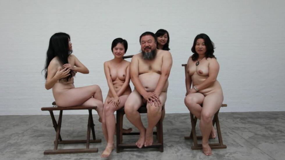 NAKEN-PROTEST: Under klærne vi dekker oss til med, er det en fryktløs kropp, mener Ai Weiwei. I motsetning til myndighetene har han ingenting å skjule, derfor kaster han klærne, sier han. Her poserer han sammen med Kinas mest kjente AIDS-aktivist. En kvinne som selv jobbet som prostituert for bedre å forstå deres situasjon. Foto: Ai Weiwei.