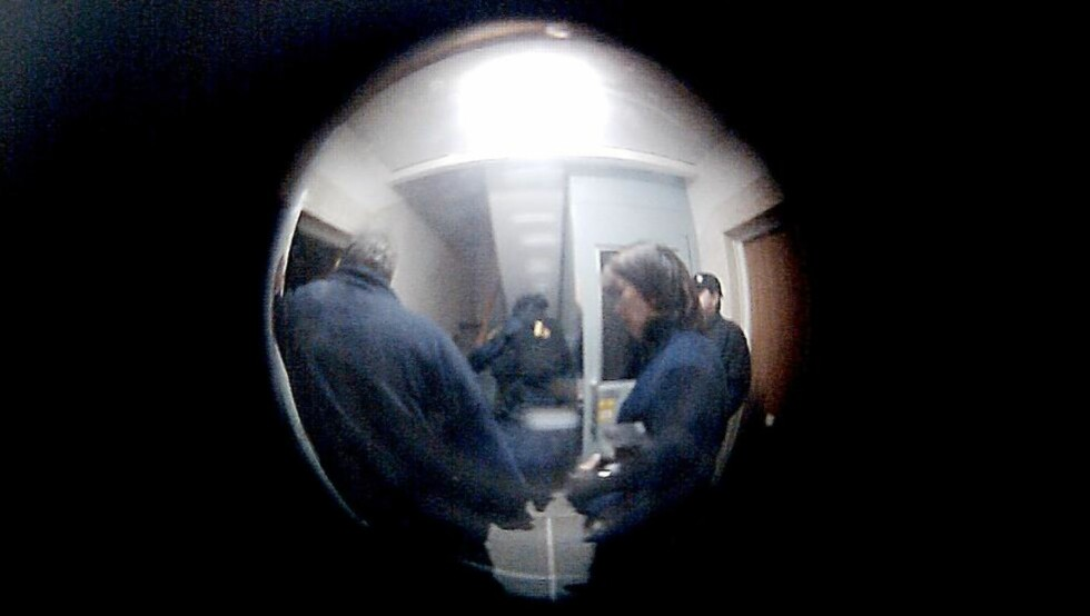 PÅGRIPELSEN: Dette bildet er tatt gjennom kikkhullet i døra i en naboleilighet. Foto: Privat