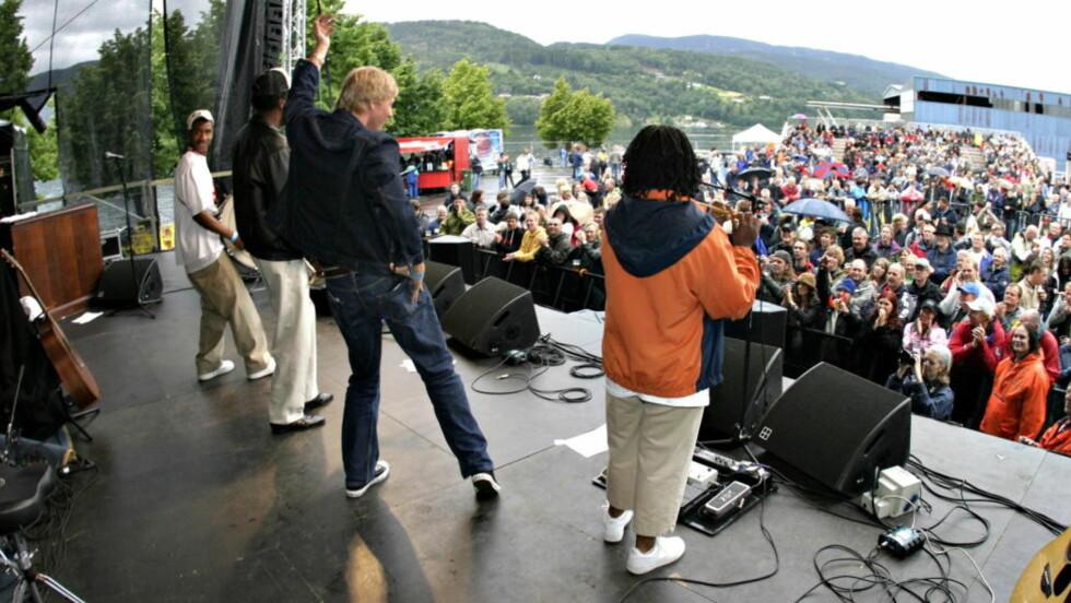 GLEDESDANS: Kunstnerisk leder Jostein Forsberg (i midten) under det som er Notodden Blues Festivals største scene, Brygga, for noen år siden. Nå har festivalen fått en internasjonal pris. Foto: Bjørn-Owe Holmberg / Dagbladet