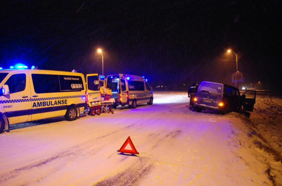 FRONTKOLLIDERTE: To biler med til sammen fire personer frontkolliderte på riksveg 40 på Kvelde i Larvik kommune. Én person ble fraktet bort i ambulanse. Foto: LASSE LJUNG/NYHETSFOTO