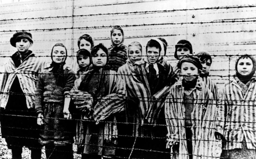 OVERLEVDE JØDEUTRYDDELSENE: Disse barna og ungdommene var blant de ca. 7000 overlevende Den røde armé fant da de kom til Auschwitz i januar 1945. Foto: AP/Scanpix