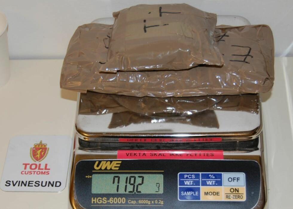 RYGGSEKKEN FULL AV KOKAIN: 19-åringen fra Portugal etterforskes nå av politiet i Østfold etter at det Tollvesenet fant ni pakker med kokain i bagasjen hennes. Foto: TOLLVESENET