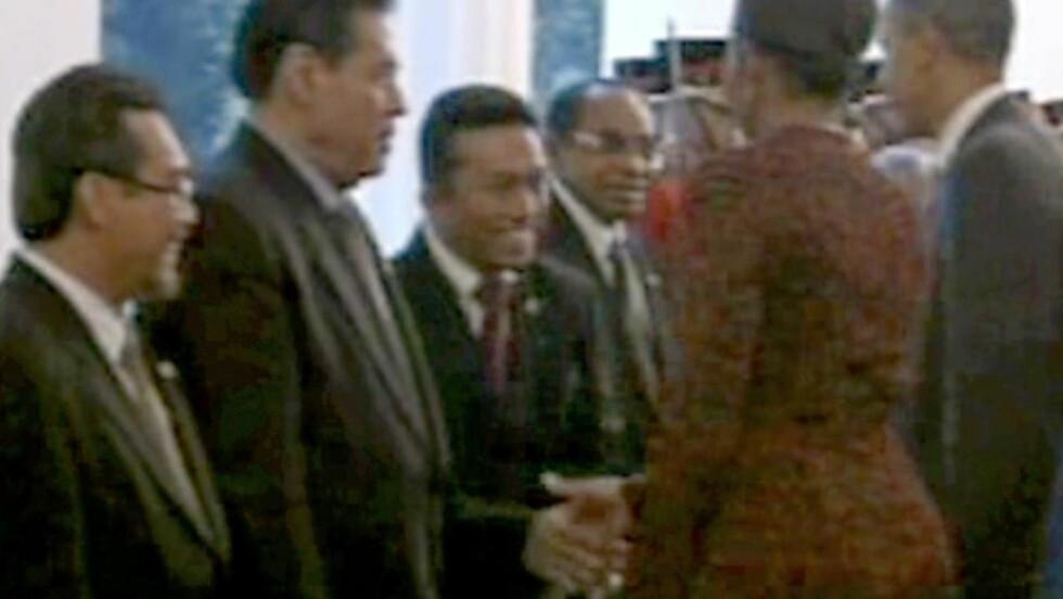 - TVANG: Indonesias informasjonsminister Tifatul Sembiring hevder Michelle Obama tvang han til å hilse på henne. Foto: AP Photo/APTN/Scanpix