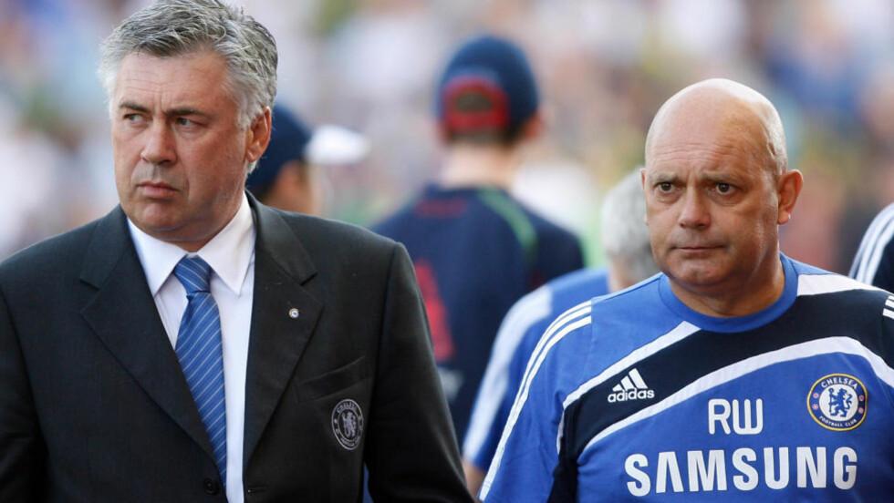 TRAKK SEG PÅ DAGEN: Assisterende manager Ray Wilkins (t.h) trakk seg på dagen i Chelsea. Det er ikke sagt noe om årsaken til den overraskende avgangen. Foto: AP Photo/Simon Dawson