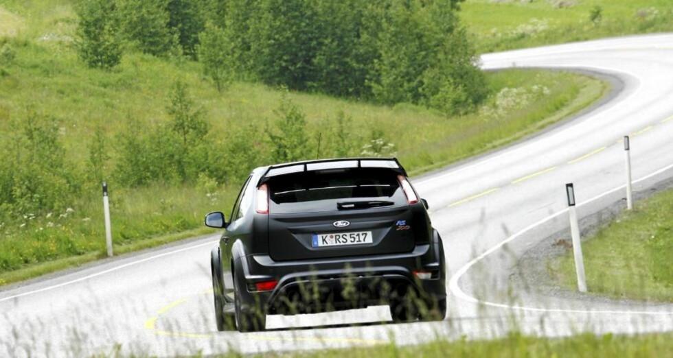 NORSK VEI: Da vi kjørte Ford Focus RS500, hadde vi fått tillatelse fra Tollvesenet. Har du ikke det, risikerer du å måtte betale engangsavgift.FOTO: Petter Handeland