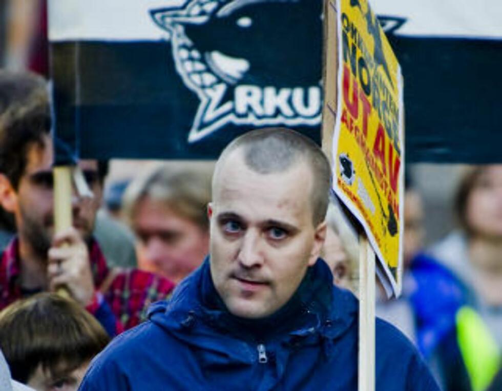 SENTRAL: Bård Frantzen (32) er leder i Østfold SOS Rasisme, vara til arbeidsutvalget og ansatt. Han er også mangeårig medlem i Tjen Folket og aktiv i Revolusjonær kommunistisk ungdom. Foto: Thomas Rasmus Skaug