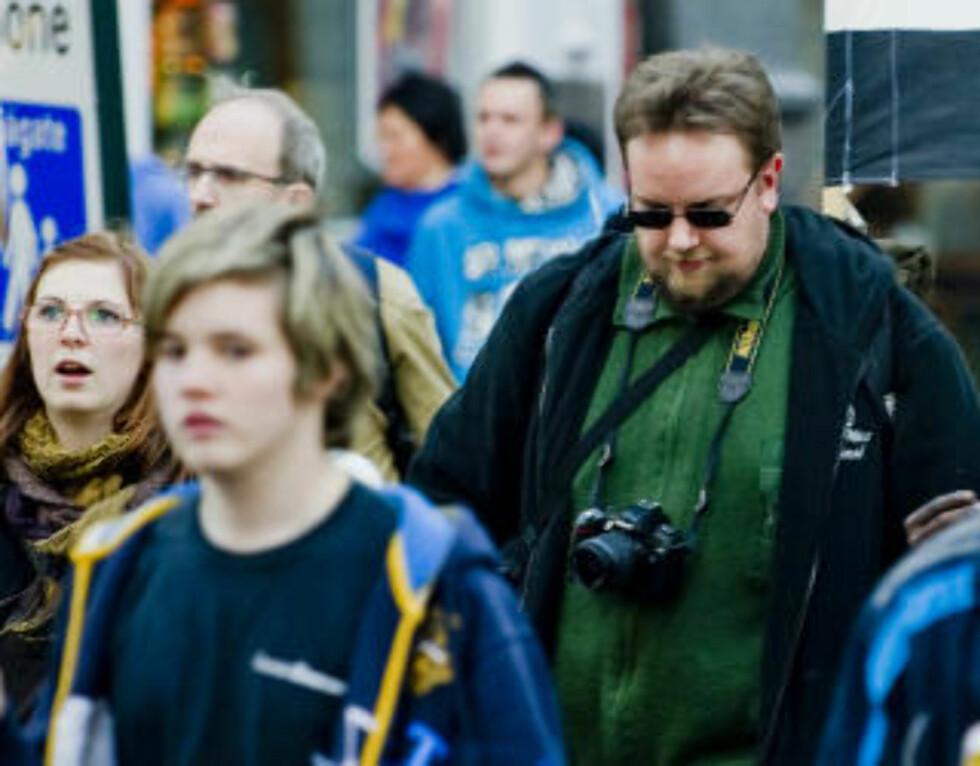 SENTRAL:  Jan Erik Skretteberg (t.h.)  (29) leder Buskerud SOS Rasisme og er ansatt i organisasjonen. Han er også aktiv i Tjen Folket og Revolusjonær kommunistisk ungdom. Foto: Thomas Rasmus Skaug