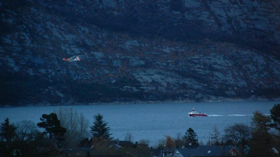REDNINGSAKSJON: SeaKing-helikopter og flere båter deltar i redningsobservasjonen etter brann i fritidsbåt. Tre personer skal ha blitt observert i sjøen, skriver politiet i sin logg. Foto: Sandnesavisen.no