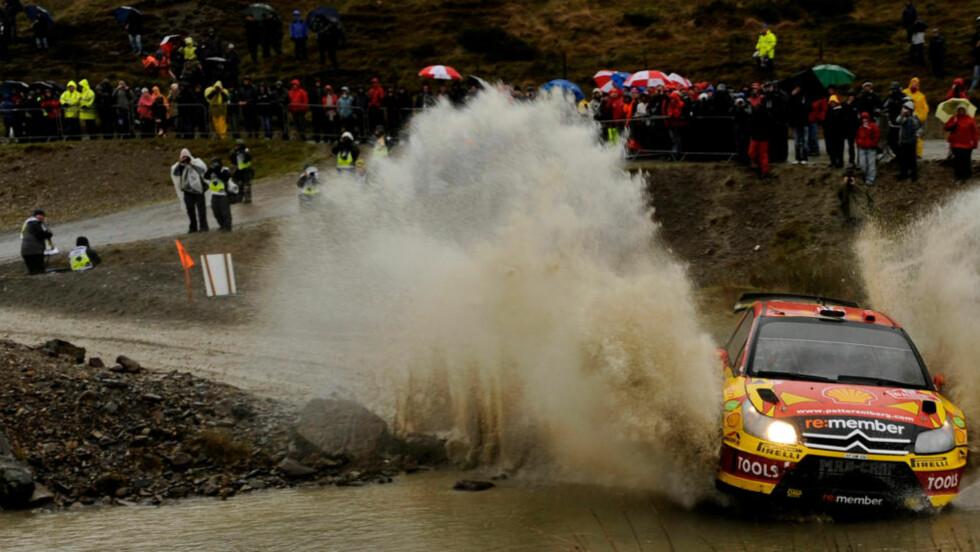 KJEMPER OM SEIER: Petter Solberg kjemper en hard kamp mot Sebastien Loeb om seieren i Rally Storbritannia.Foto: SCANPIX/REUTERS/Philip Brown
