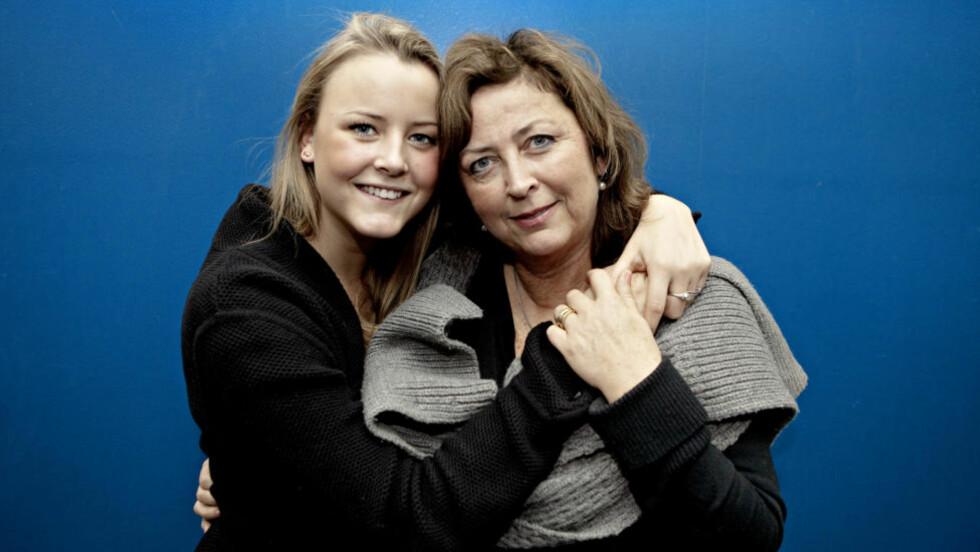 NÆRE BÅND: Marie Kinge (18) og mamma Ragnhild Kinge (53) deler det meste. - Det skal mye til for at noe blir flaut for oss, sier Ragnhild Kinge og roser datteren for programlederrollen i NRKs sexprogram «Trekant». Foto: Lars Eivind Bones.
