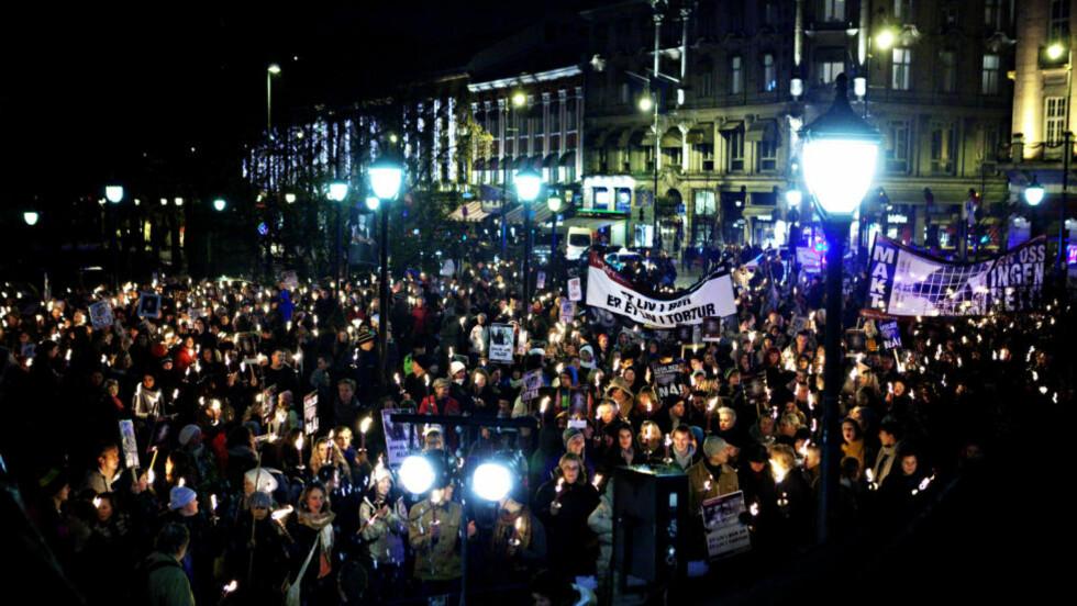 STORT OPPMØTE: Fakkeltoget mot pelsdyrnæringen fylte hele Eidsvolls plass foran Stortinget i 19-tida i kveld. Foto: NINA HANSEN