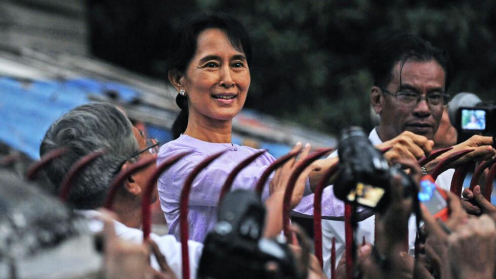 LANG KAMP: Aung San Suu Kyi kunne i dag hilse sine støttespillere utenfor huset der hun har sittet 15 år i husarrest. Foto: AFP / SCANPIX