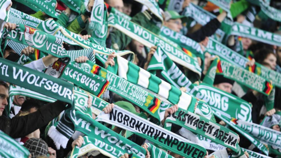 Kastet øl: Wolfsburg kan vente seg straff fra forbundet. Fansen var ikke fornøyd med dommeren lørdag, og pepret ham med ølglass. Foto: AFP PHOTO / DANIEL ROLAND