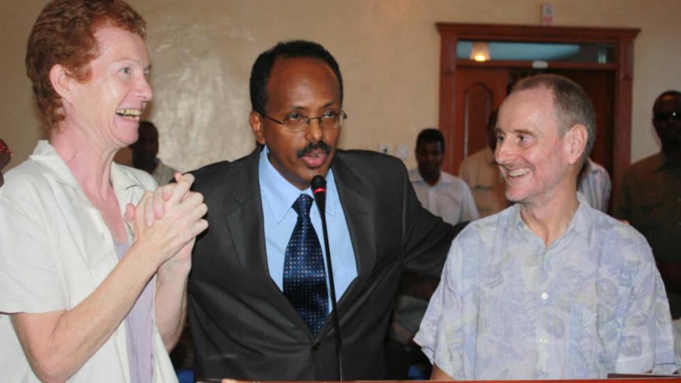 LYKKE: Paul og Rachel Chandler holdt i ettermiddag pressekonferanse sammen med Somalias statsminister Abdullahi Mohamed etter å ha blitt frigitt. Foto: AFP / SCANPIX