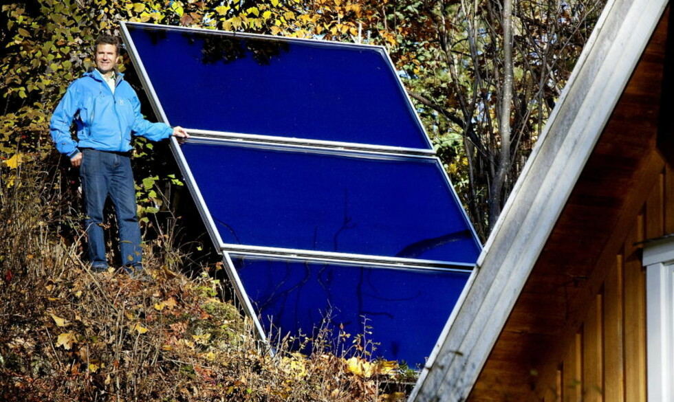 Fanger sola: Einar Kjerschow kastet ut panelovnene til fordel for solfanger og pelletsfyr i stua. Solfyren varmer opp hele huset fra mai til oktober.