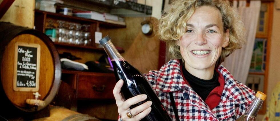 STAMGJEST: Isabelle Canu er ofte på markedet. Her er hun på Baron Rouge for å fylle de tomme vinflaskene sine. Foto: Mette Møller