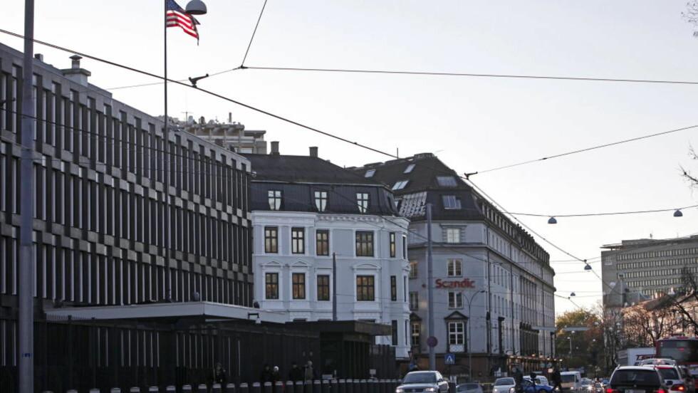FLYTTET UT DA TV2 BLE FOR NÆRGÅENDE: Overvåking av området rundt den amerikanske ambassaden i Oslo ble gjort av den såkalte SDU-enheten i bygningen det står Scandic på. Her jobbet norske ekspolitimenn på oppdrag fra Den amerikanske ambassade (i forgrunnen). Lokalet skulle holdes hemmelig og agentenes tilknytning til ambassaden prøvde man å skjule så godt man kunne. Foto: ERLING HÆGELAND/Dagbladet