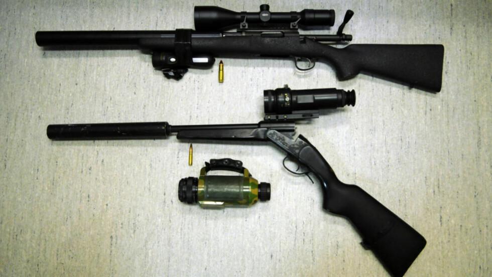 DYRE SPESIALVÅPEN: Disse våpnene er ifølge politiet beregnet for tjuvjakt. Øverst er en Remington-rifle og under en Star Baikal. Foto: Kjell Ove Holsbøvåg, Tidens Krav