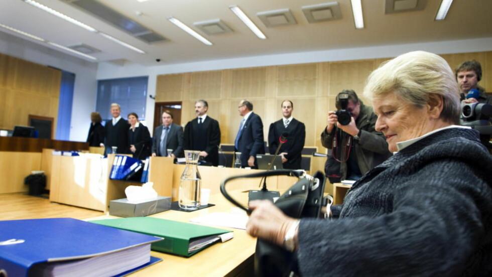 INGEN GRENSE: Da Gro Harlem Brundtland i dag vitnet i bedragerisaken mot de to tidligere stortingspolitikerne Magnus Stangeland og Anders Talleraas gjorde hun det klart at hun ikke ble gjort oppmerksom på at det fantes en inntektsgrense for hva hun kunne tjene ved siden av pensjonen. I stedet sto den tidligere statsministeren fast ved at hun hadde blitt forklart at det bare gjaldt fast inntekt som kunne bidra til at hun ikke fikk utbetalt pensjonen. Foto: Berit Roald / Scanpix